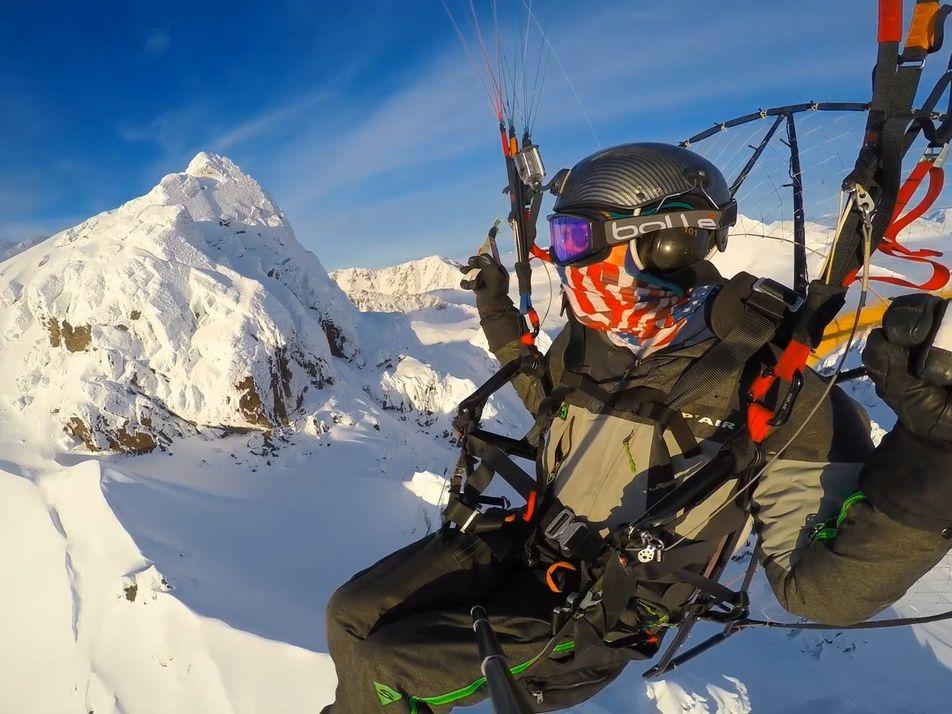 Volando en paramotor sobre las montañas Chugach y el Glaciar Knik de Alaska