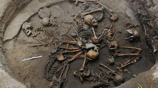 Encuentran esqueletos entrelazados en una zona de entierro pre-azteca
