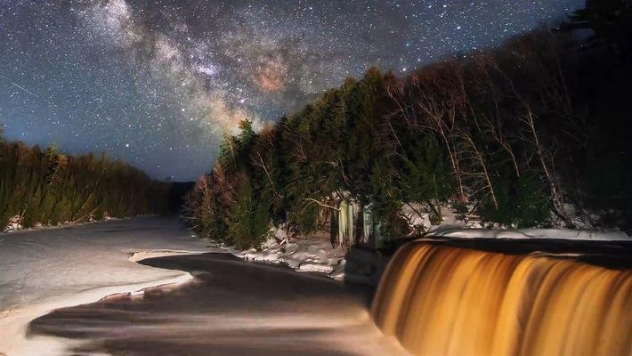 Observa cómo la Vía Láctea cruza el cielo sobre las cataratas de Tahquamenon, en Michigan