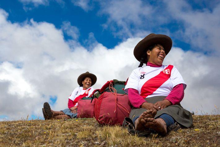 Las porteadoras descansan cerca del pico de una montaña. A pesar de la intensa crítica, las ...
