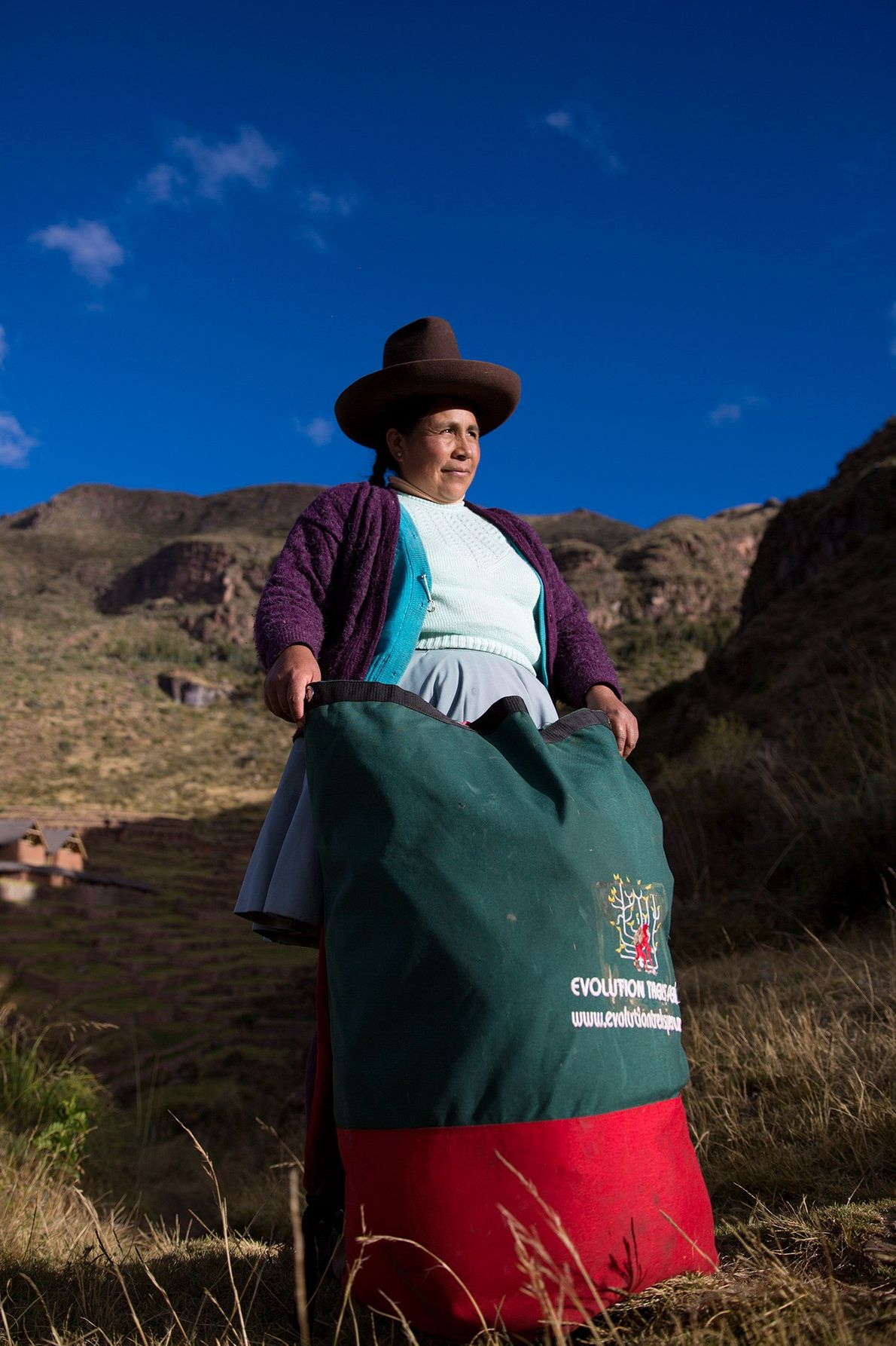 La porteadora Raymunda Tucta posa con su carga. Las maleteras mujeres no son todas jóvenes; algunas ...