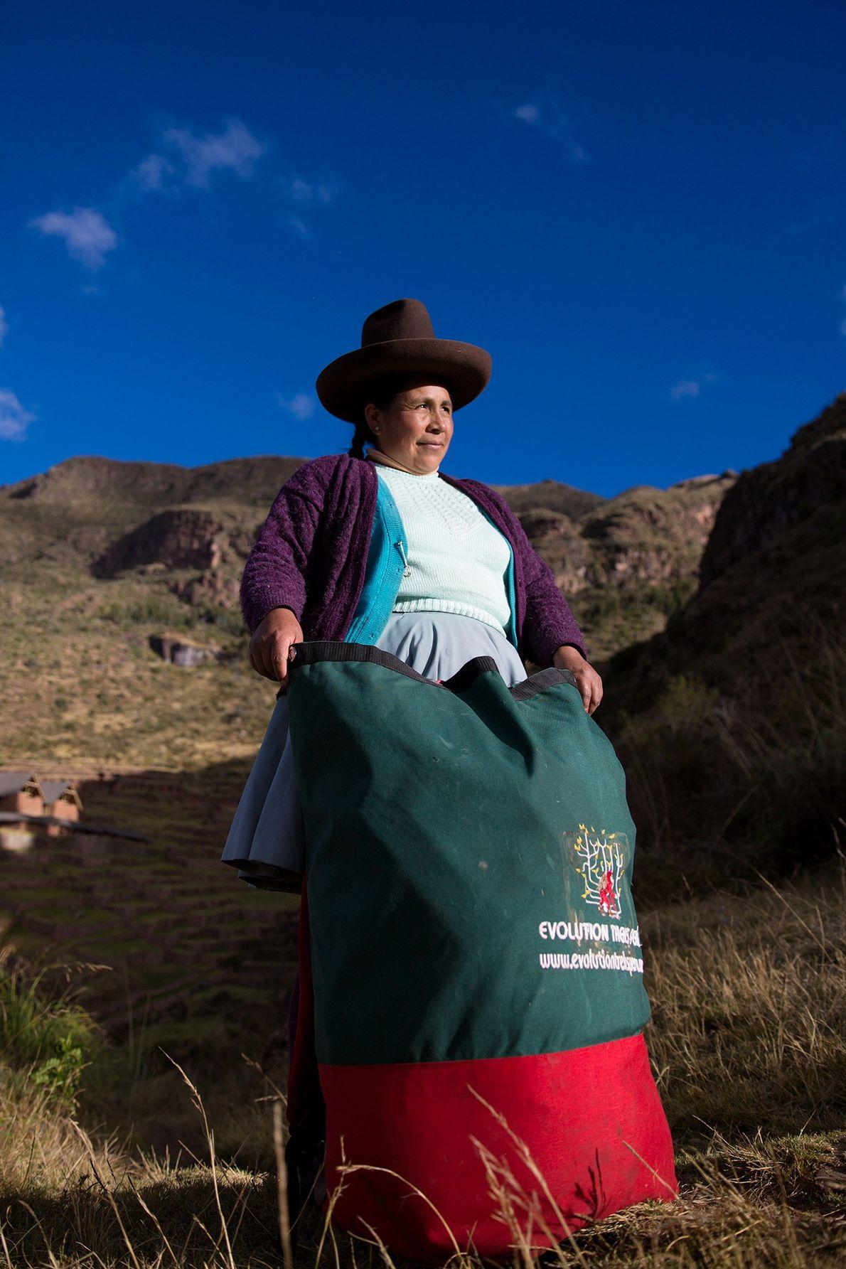 La porteadora Raymunda Tucta posa con su carga. Las maleteras mujeres no son todas jóvenes; algunas …