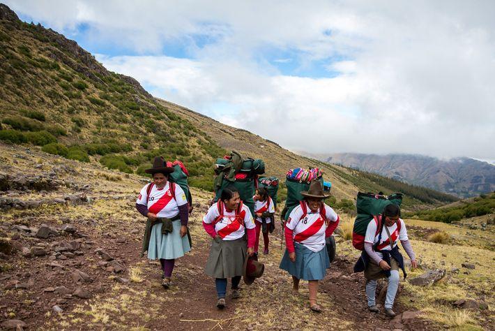 """Las porteadoras suben por un camino andino. """"[Nosotros] nos sentimos bien porque vemos que no ha ..."""