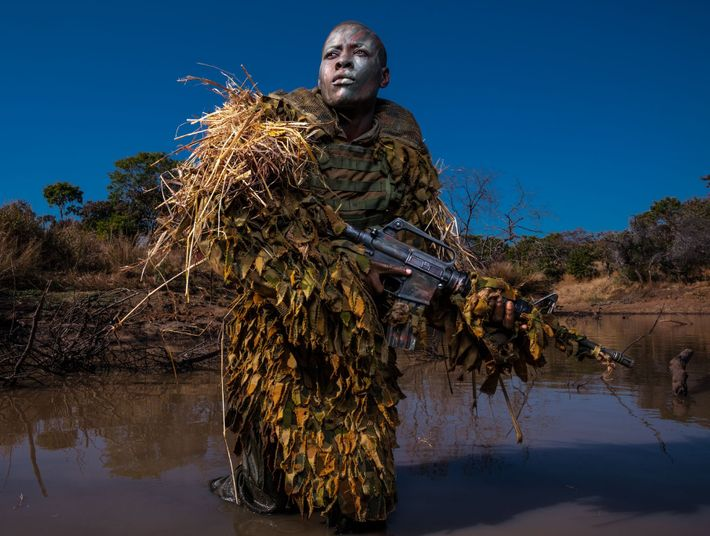 Petronella Chigumbura, integrante de las Akashinga —una unidad femenina anti caza furtiva sin ánimo de lucro— ...