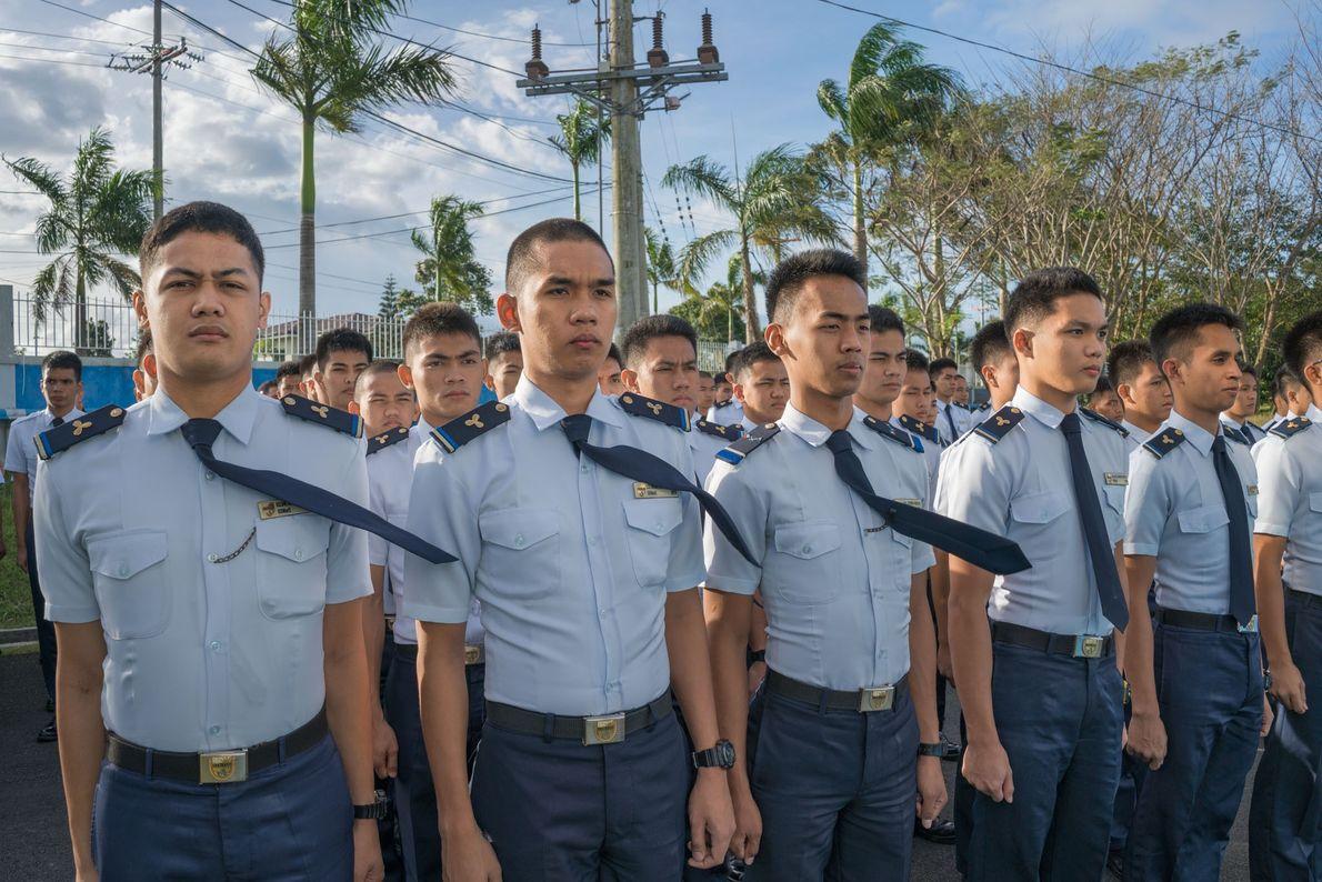Los cadetes de una academia marina mercante cerca de Manila se entrenan para uno de los ...