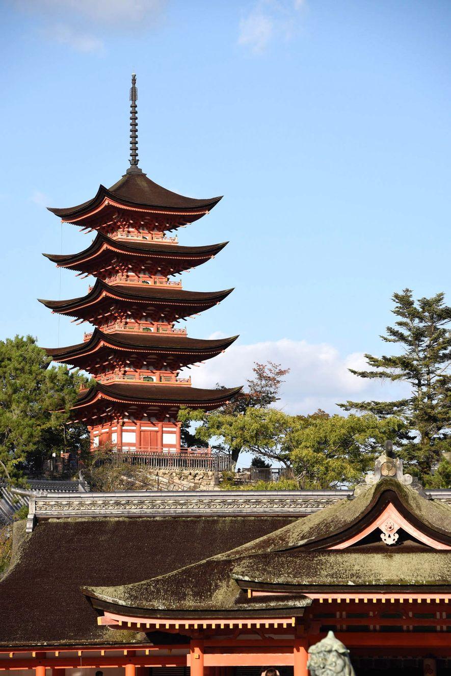 El Santuario Itsukushima es conocido también como el santuario flotante debido a su ubicación única en ...