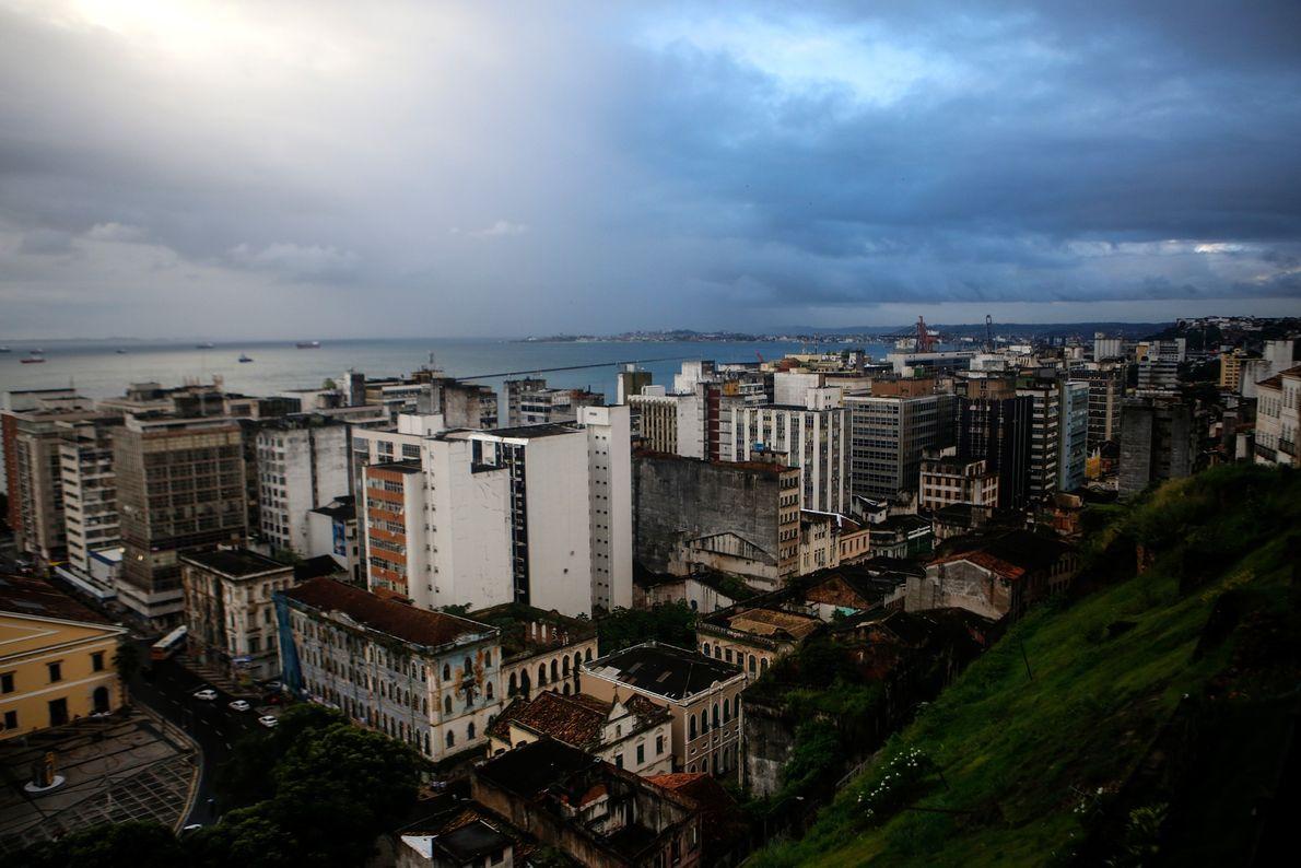 Cidade Baixa (Ciudad Baja) de Salvador tal como se ve desde Cidade Alta (Ciudad Alta). En ...