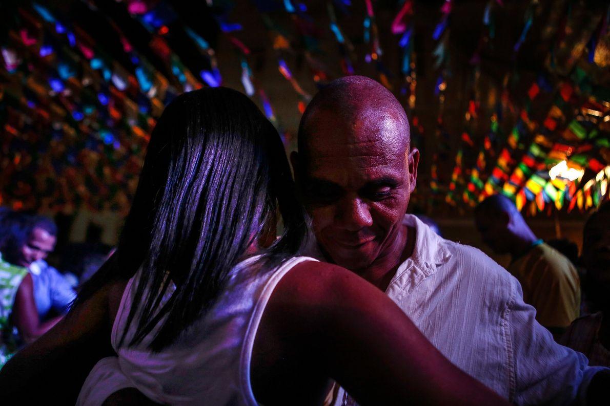 Una pareja comparte un baile denominado forró durante un festival de São João en Salvador que ...