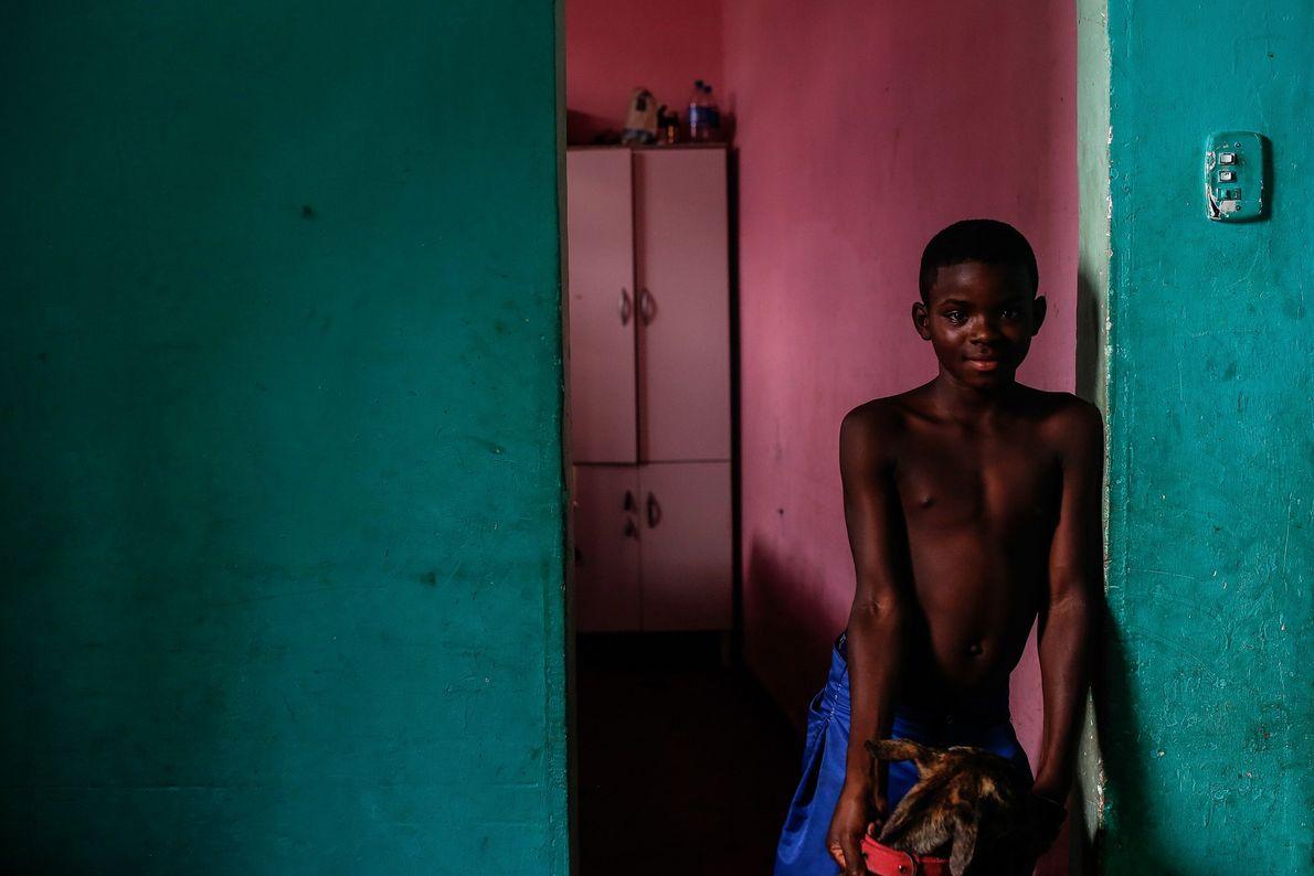 Danilo, 8, en la casa de su tío. Son parte de una comunidad de seis familias ...