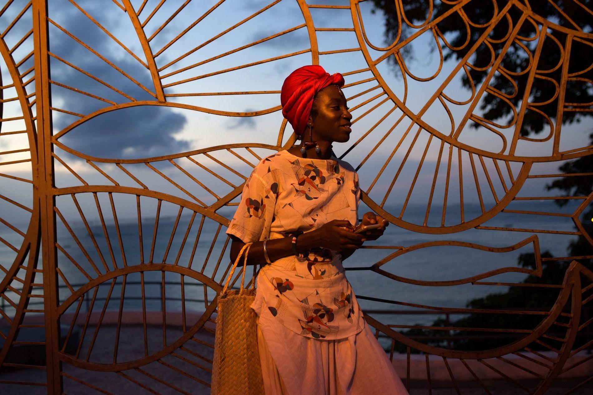 Luma Nascimento espera un taxi en una concurrida calle de Salvador. Luma es parte del bloque africano-brasileño Os Negões, uno de los diferentes grupos de carnaval que se enfoca en las relaciones étnicas en Salvador.