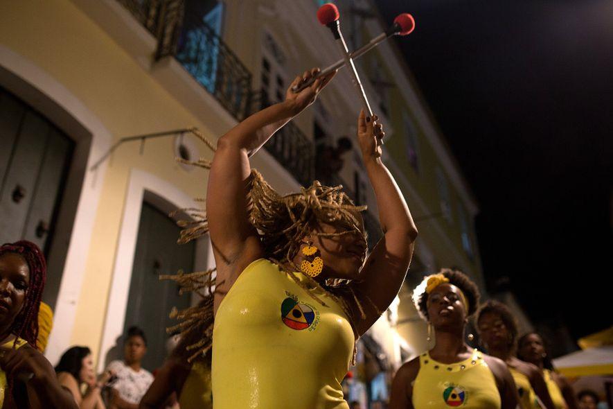 Víviam Caroline toca el tambor con sus compañeros en la calle al aire libre. Projeto Didáes …