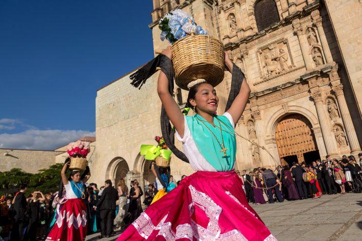 Bailarinas en su vestuario tradicional dan un espectáculo frente a la iglesia de Santo Domingo en ...