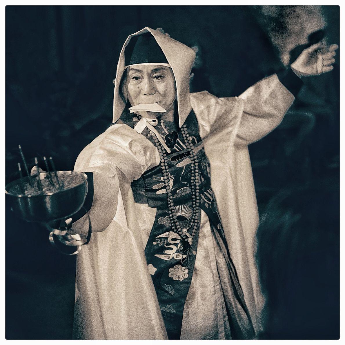 A partir de su iniciación en 1981 Hiah comenzó a hacer rituales de sanación por todo ...