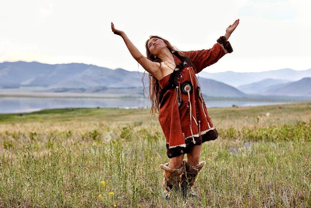 La conexión con la naturaleza y los espíritus es una parte central de la cultura tuvana. ...