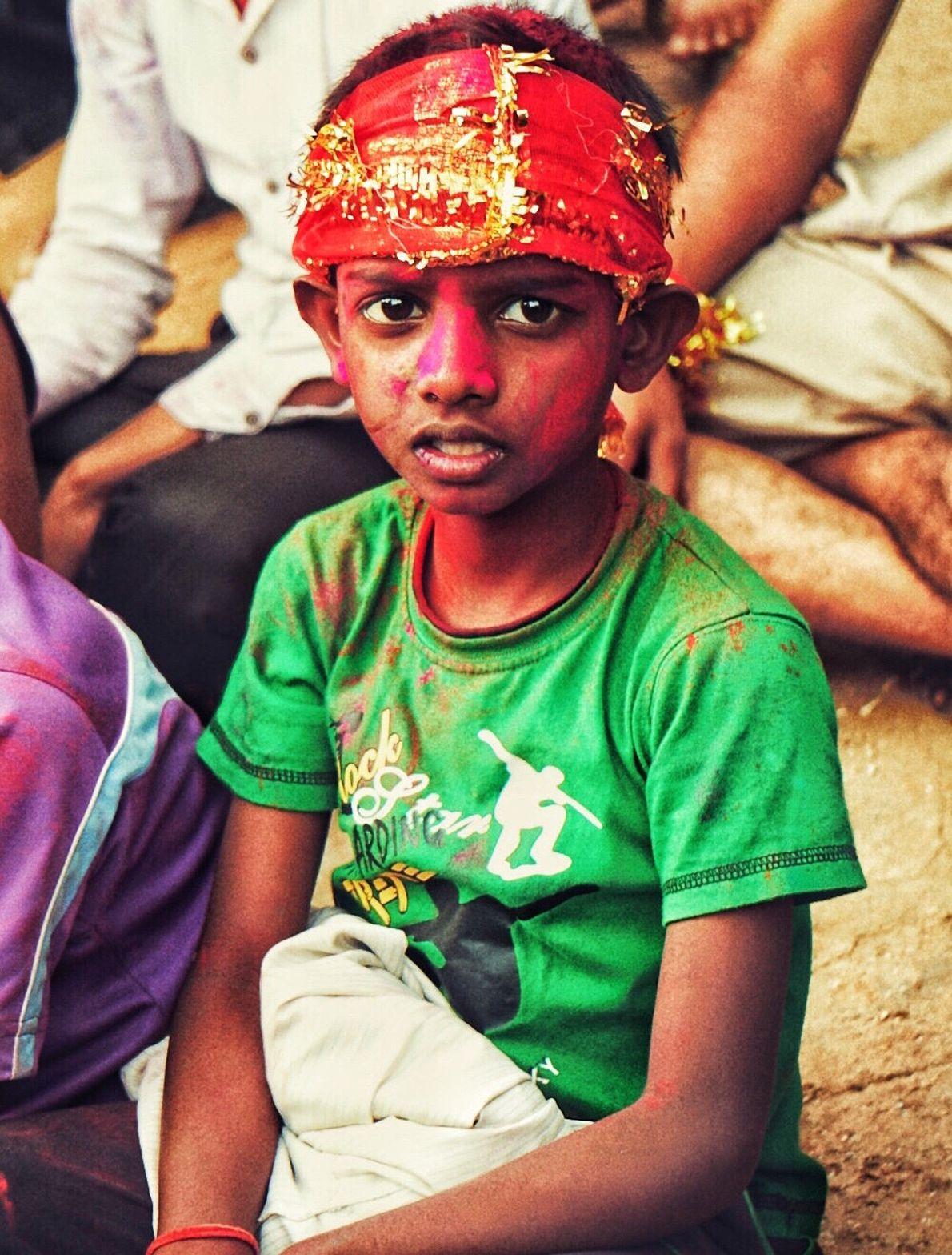 En el áshram del Arte de Vivir en Bangalore, India. Niño con su cara pintada es ...