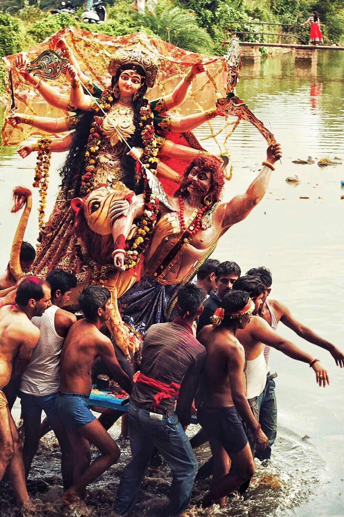 En la festividad de Navaratri,ceremonia espontánea y organizada por la gente del lugar, hombres de todas ...