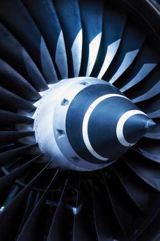 Los motores de turbina de los aviones comerciales, como este en una instalación de mantenimiento en ...