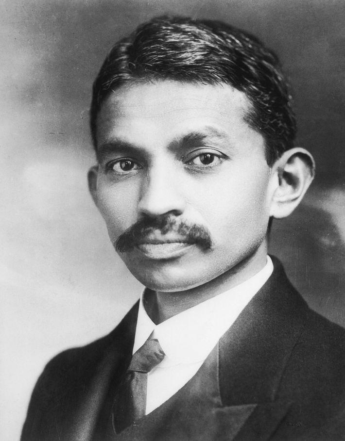 Un retrato del joven Gandhi.