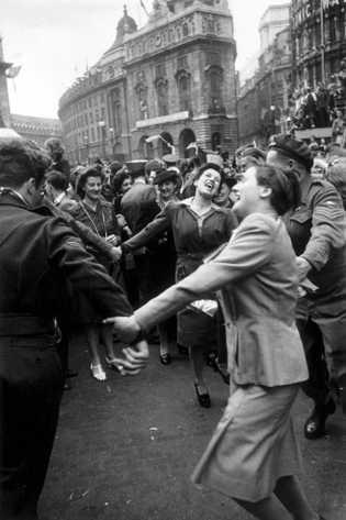Los londinenses celebran la capitulación de Alemania el 8 de mayo de 1945, un día antes ...