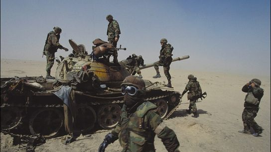 Soldados estadounidenses examinan un tanque iraquí destruido en febrero de 1991, cuando 35 naciones unieron sus ...