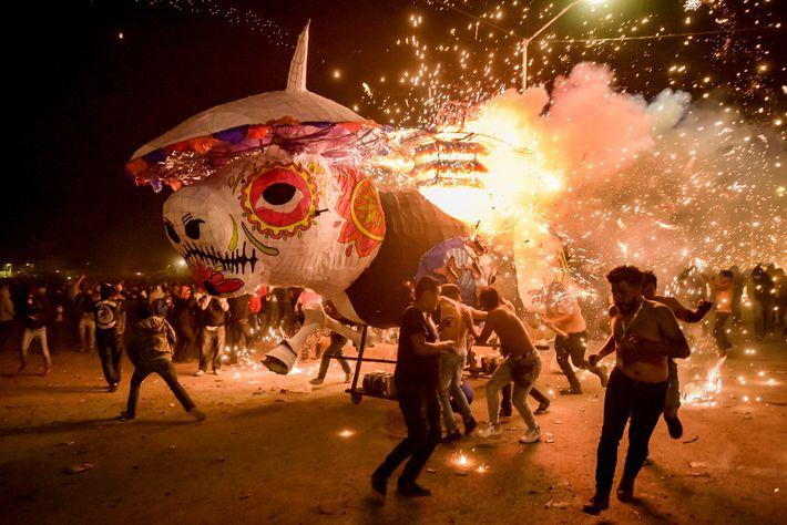 En marzo del 2019, un toro de papel maché lleno de explosivos se encendió en Tultepec, ...