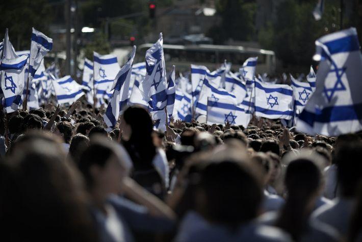Nacionalistas israelíes agitan la bandera de su nación en una marcha de 2011 por las calles ...