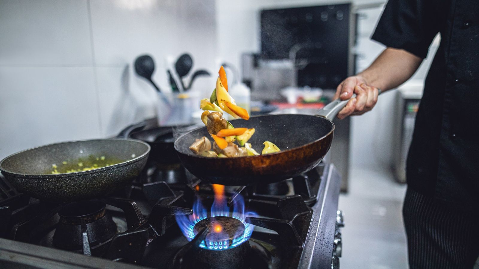 Muchos chefs profesionales no pueden prescindir de las hornallas a gas, y junto con la industria ...