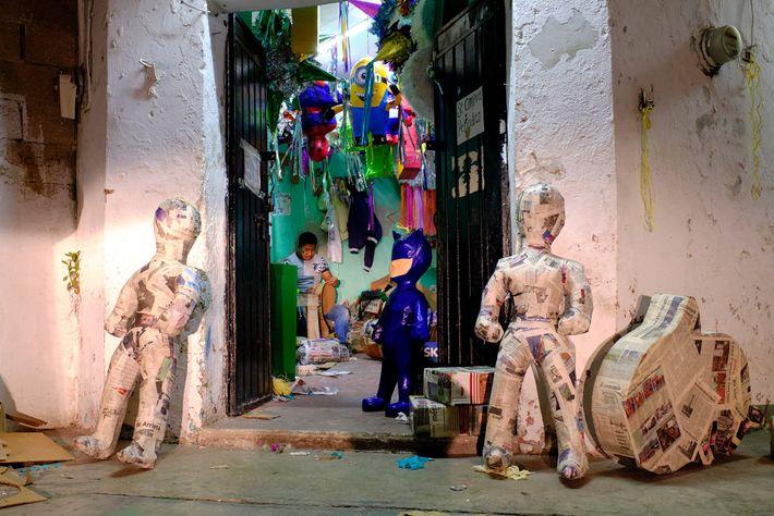 Los artesanos hacen piñatas en un pequeño taller en Valladolid, México. Utilizan una combinación de papel, ...