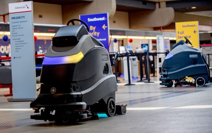 Los robots limpian el piso con luz ultravioleta en el Aeropuerto Internacional de Pittsburgh. Estos rayos ...