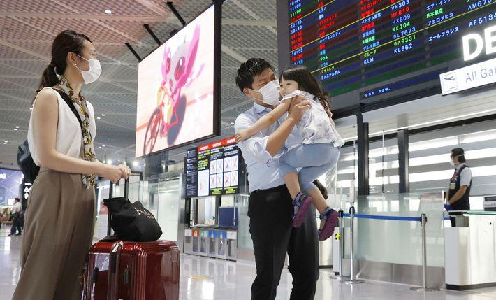 Daiki Murakami se despide de su familia en el aeropuerto de Narita, cerca de Tokio, el ...