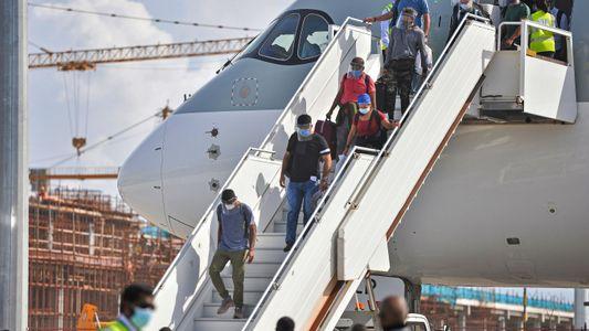 Viajeros cruzan fronteras en busca de vacunas contra la COVID-19