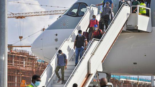 Pasajeros desembarcan de un avión en el Aeropuerto Internacional de Velana en Malé, Maldivas, el 15 ...