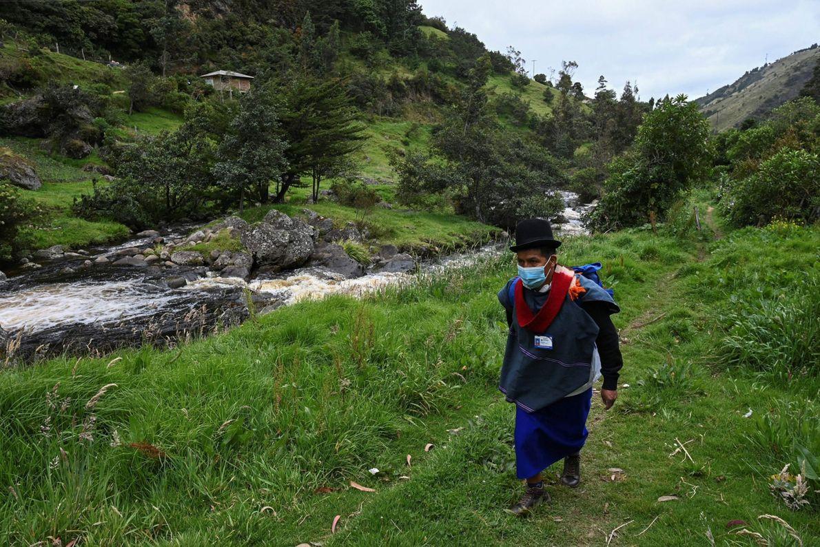 Anselmo Tunubala, enfermero indígena de la etnia Misak, busca en el bosque colombiano a ancianos que ...