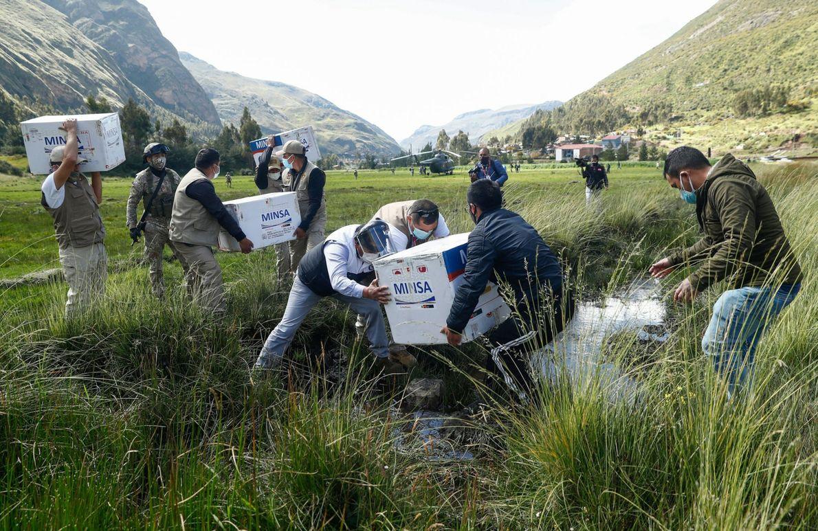 Personal del ejército en Perú transporta cuidadosamente cajas llenas de vacunas Oxford-AstraZeneca a través de una ...