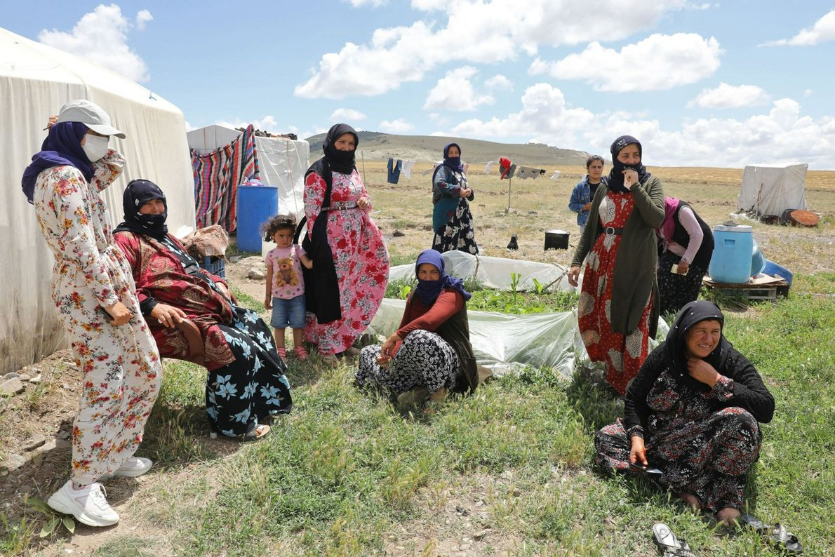 Los trabajadores agrícolas de temporada en el pueblo de Oguzlar, Turquía, esperan ser vacunados por los ...
