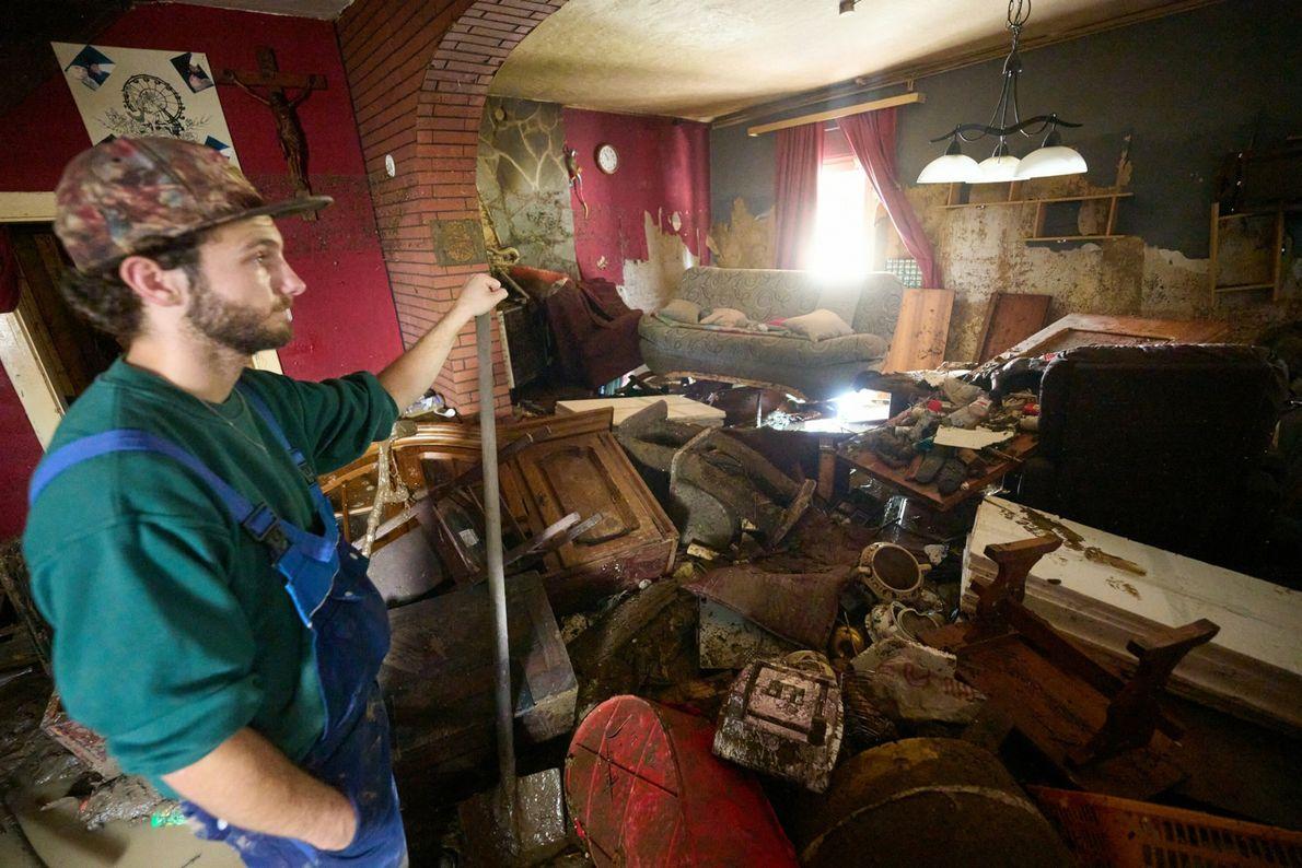 En Ahrweiler, Alemania, un hombre recoge los escombros que quedaron después de que una inundación arrasara ...