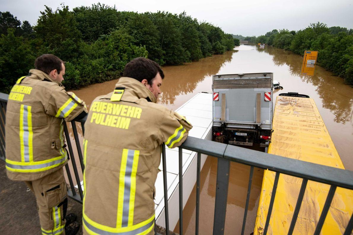 Camiones encajados en Erftstadt, Alemania; las inundaciones repentinas arrasaron con los vehículos.