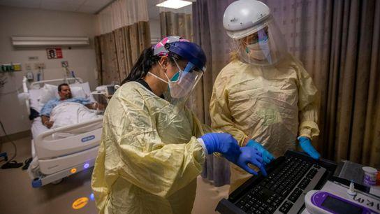 Estas enfermeras asisten a 20 pacientes de la COVID-19 dentro del centro médico Little Company of ...