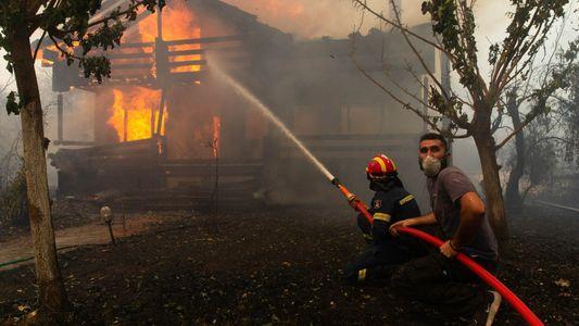 Grecia en llamas: incendios provocan un humo asfixiante y ponen en peligro sitios históricos