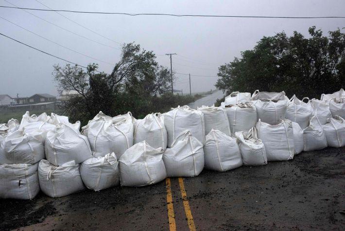 La lluvia empapa una pared de sacos de arena en Montegut, Luisiana, antes de que el ...