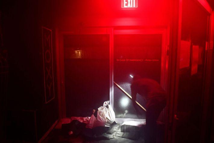 El personal del hotel refuerza una puerta para evitar que se abra con fuertes vientos después ...