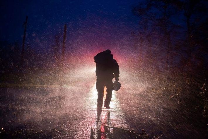 El jefe de bomberos de Montegut, Toby Henry, regresa a su camión de bomberos bajo la ...