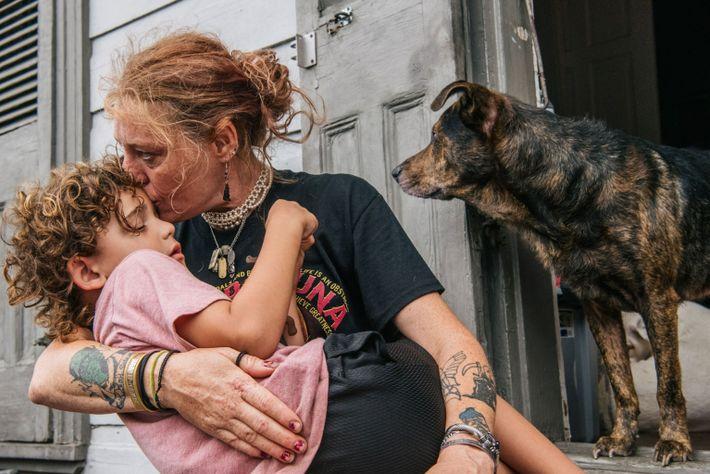 Ann Colette Boudreaux consuela a su nieto, Abel, antes del huracán Ida en Nueva Orleans, Luisiana. ...