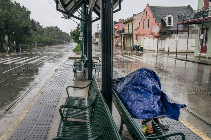 Una persona busca refugio en una parada de tren antes de la llegada del huracán Ida ...