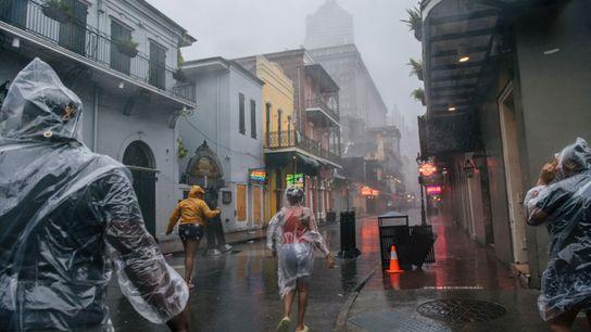 Cuando las bandas exteriores de lluvia del huracán Ida azotaron Nueva Orleans el domingo, un grupo ...