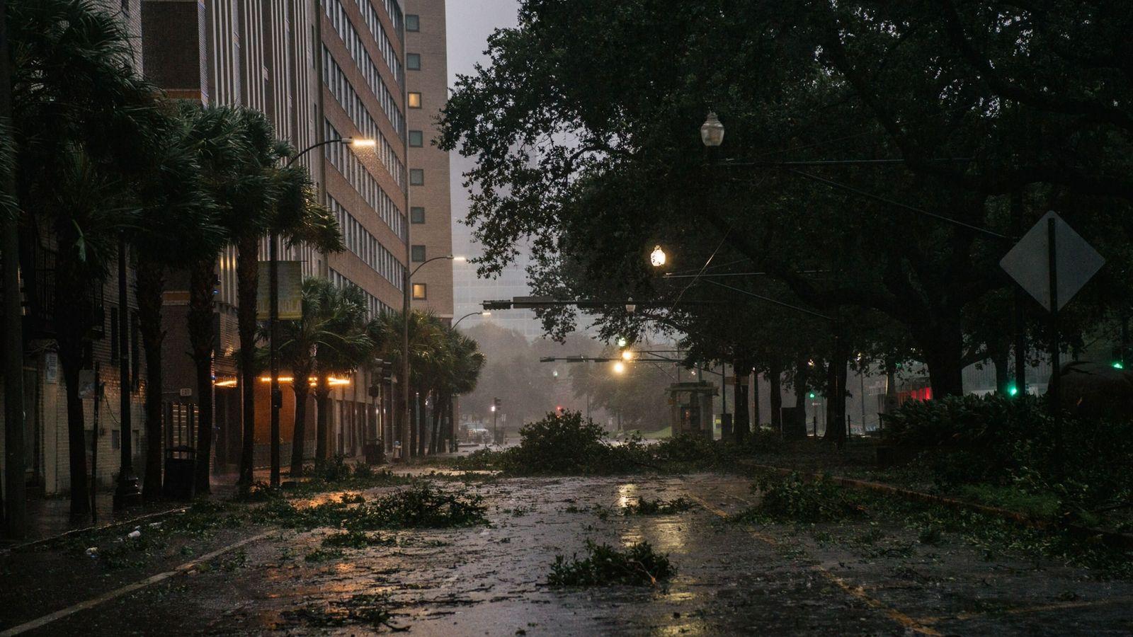 Se ven escombros en una intersección en el centro de Nueva Orleans el 29 de agosto ...