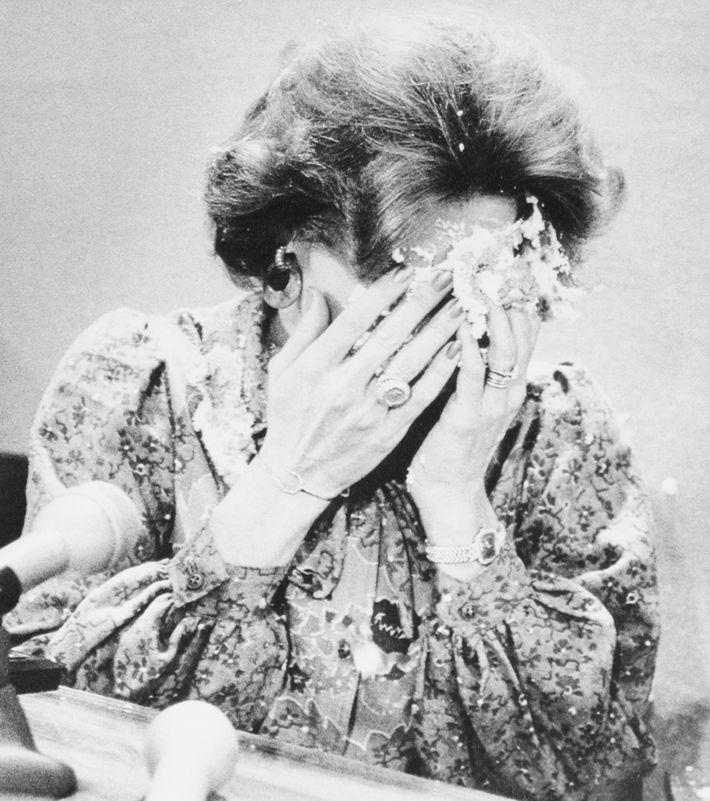 La cantante y activista en contra de la comunidad gay Anita Bryant se cubre la cara ...
