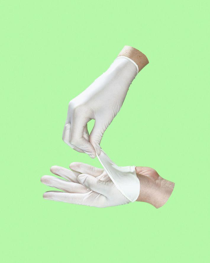 El CDC proporciona instrucciones paso a paso para quitarse los guantes y le recomienda que se ...