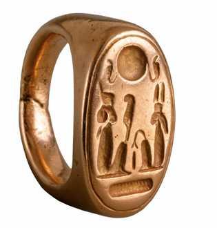 Un anillo de oro encontrado en Amarna ilustra a Akhenaton y su reina Nefertiti. Circa 1353-1336 BC ...