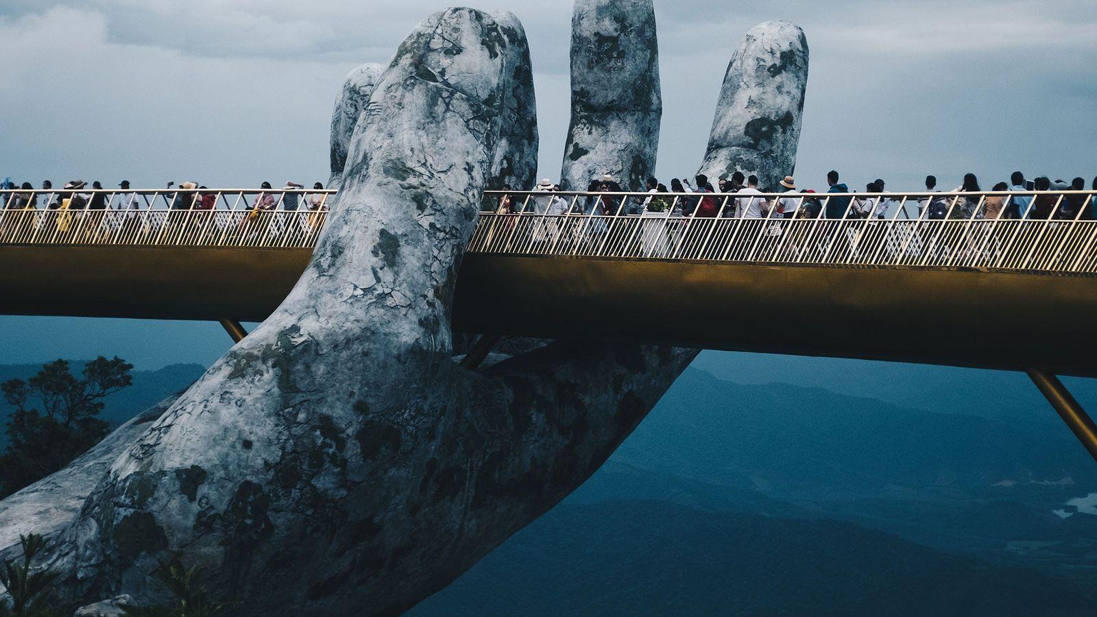 """Cau Vang, el """"puente dorado"""", acaba de inaugurarse cerca de Da Nang, Vietnam."""